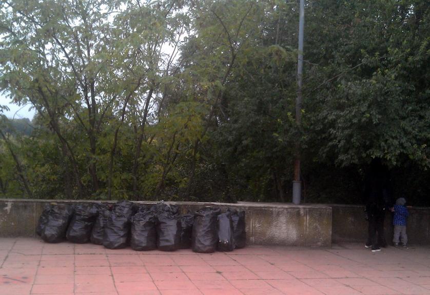 Название: Уборка напротив российского посольства 6 окт.jpg Просмотры: 589  Размер: 169.5 Кб