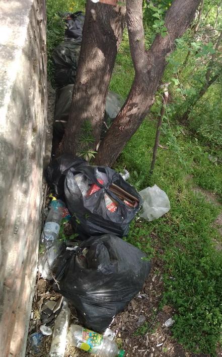 Название: 3 - мешкис  мусором у памятника.jpg Просмотры: 348  Размер: 149.4 Кб