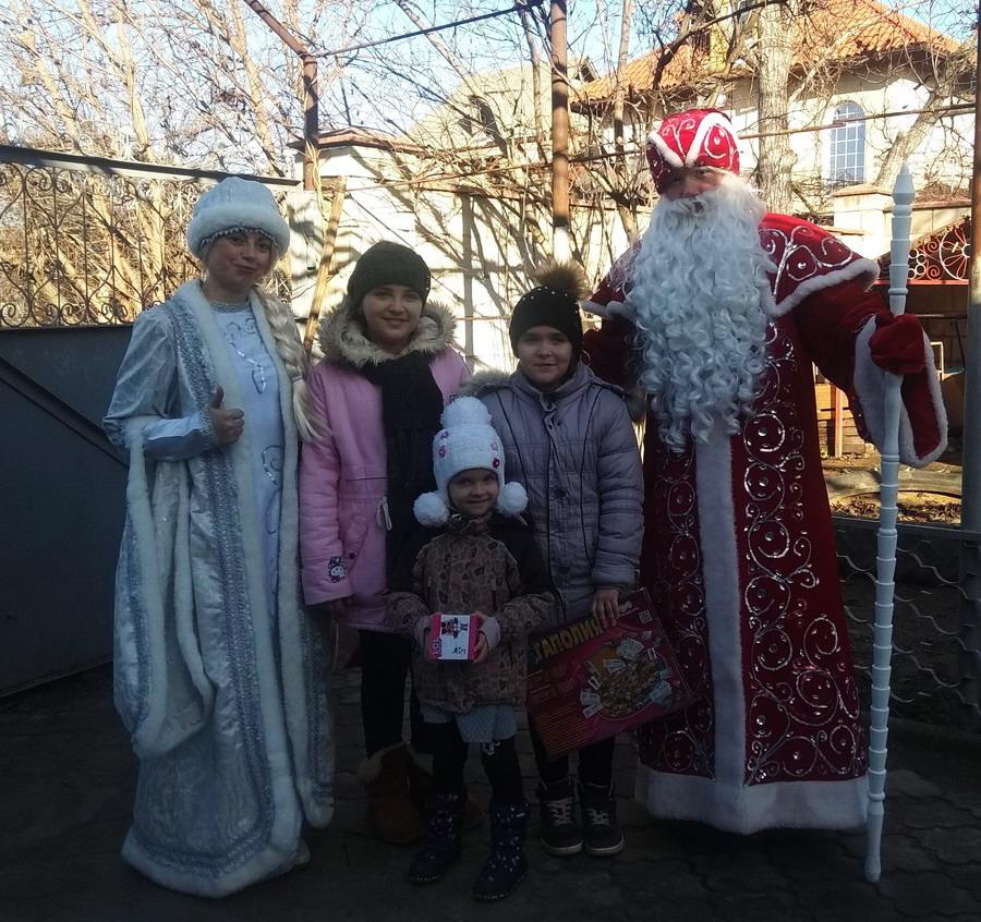 Название: Семья в Суклее и Дед Мороз.jpg Просмотры: 150  Размер: 280.5 Кб