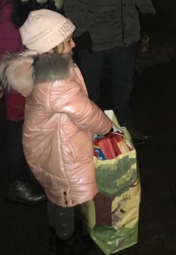 Название: Наталья дарит подарки Насте.jpg Просмотры: 111  Размер: 37.9 Кб