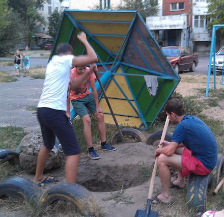 Нажмите на изображение для увеличения Название: Молодежь копает яму.jpg Просмотры: 287 Размер:132.3 Кб ID:16590