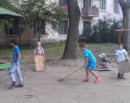 Нажмите на изображение для увеличения Название: Сбор песка в песочницу детьми.jpg Просмотры: 224 Размер:133.8 Кб ID:16777