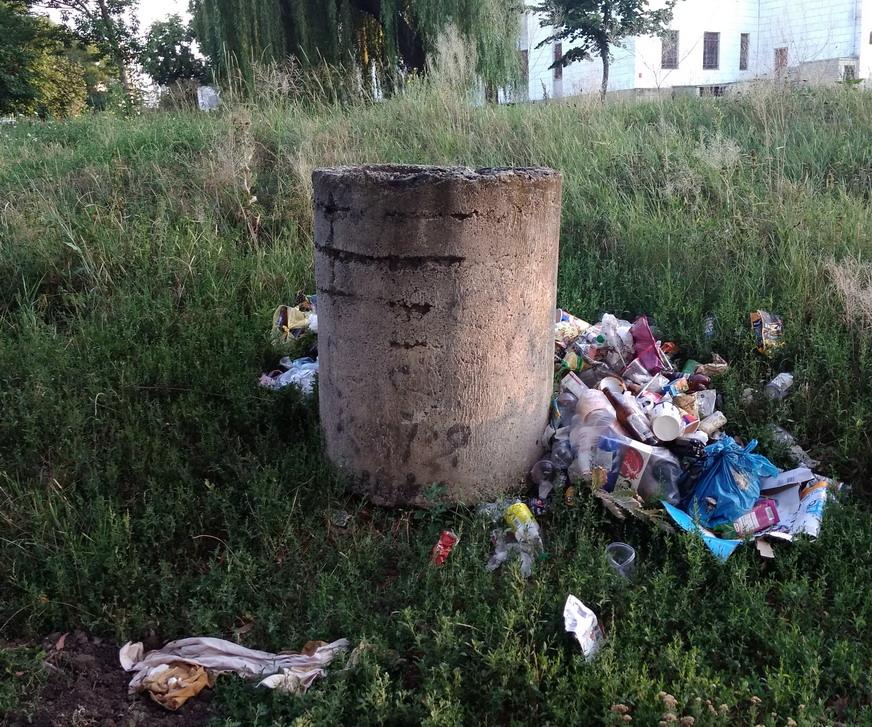 Название: Екатерининский парк и мусор.jpg Просмотры: 2099  Размер: 320.5 Кб
