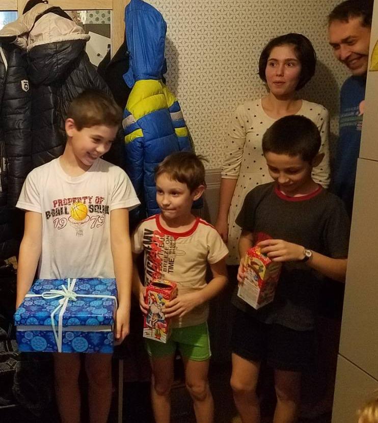 Название: Семья с подарками.jpg Просмотры: 74  Размер: 169.1 Кб