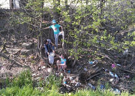Нажмите на изображение для увеличения Название: 10-2 дети помогают убирать бутылки.jpg Просмотры: 333 Размер:160.1 Кб ID:15907