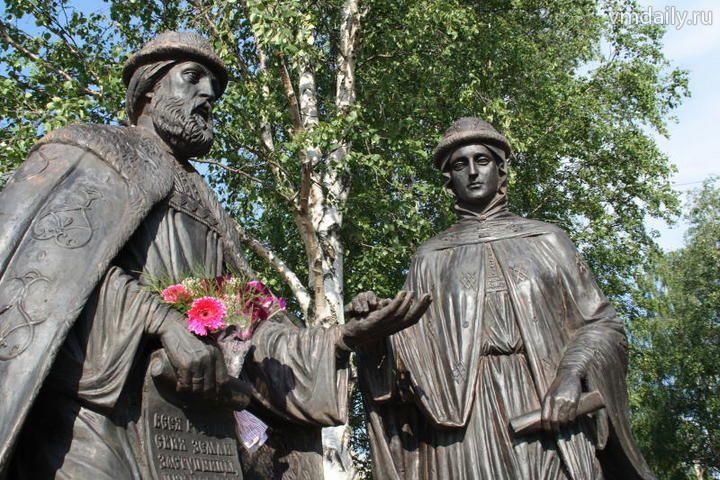 Название: Памятник Петру и Февронии (2009 год).jpg Просмотры: 224  Размер: 100.5 Кб