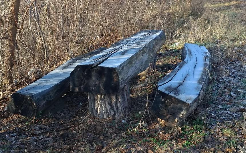 Название: Скамейки и стол на трассе.jpg Просмотры: 173  Размер: 257.3 Кб