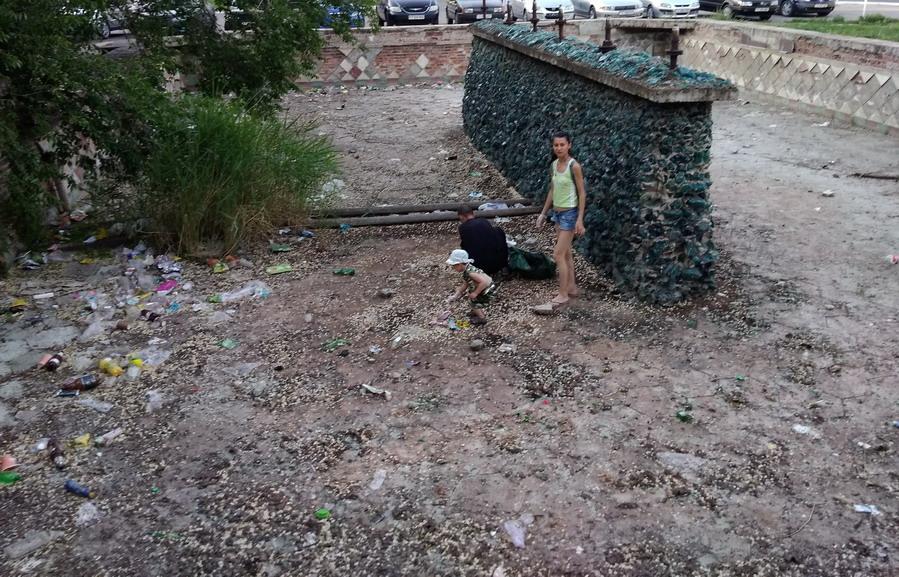 Название: Фонтан Аист с мусором.jpg Просмотры: 170  Размер: 255.0 Кб