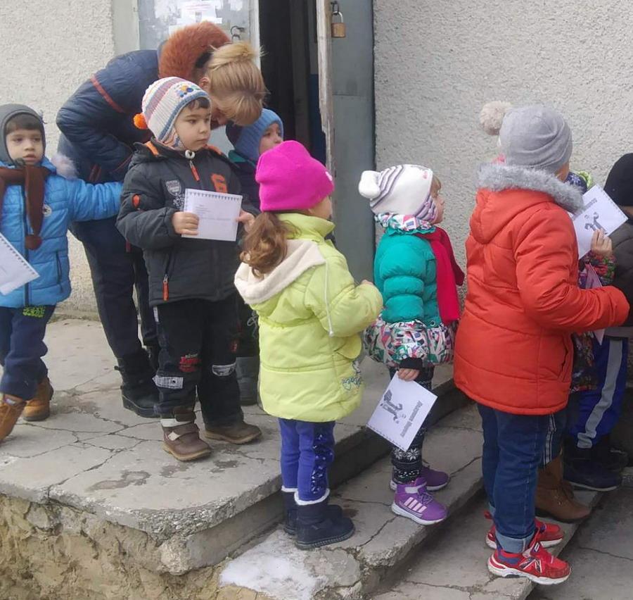 Название: Дети идут слать письма Деду морозу.jpg Просмотры: 263  Размер: 211.6 Кб