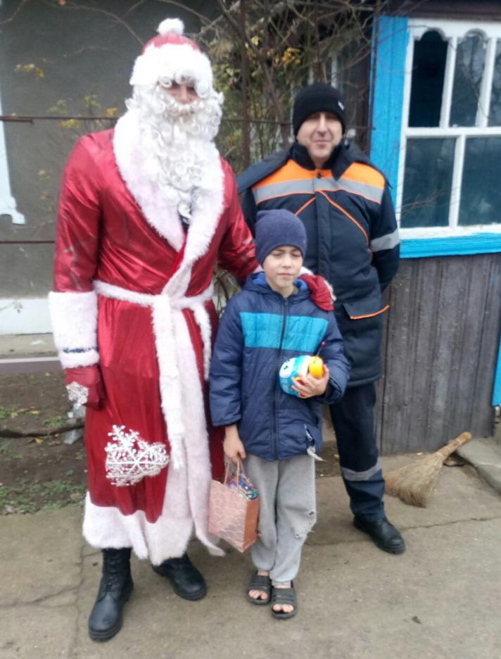 Название: Дед Мороз с МВД и дети.jpg Просмотры: 179  Размер: 155.9 Кб