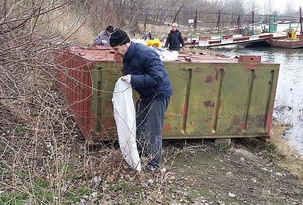 Нажмите на изображение для увеличения Название: Игорь убирает мусор.jpg Просмотры: 249 Размер:196.3 Кб ID:21209