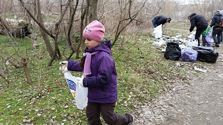 Нажмите на изображение для увеличения Название: Девочка убирает мусор в лесу.jpg Просмотры: 246 Размер:141.6 Кб ID:21215