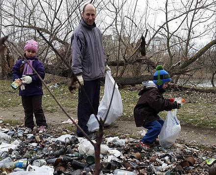 Нажмите на изображение для увеличения Название: Админ и дети убирают мусор в лесу.jpg Просмотры: 264 Размер:234.9 Кб ID:21216