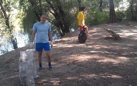 Нажмите на изображение для увеличения Название: Михаил и Стас убирают берег реки.jpg Просмотры: 185 Размер:137.6 Кб ID:22651