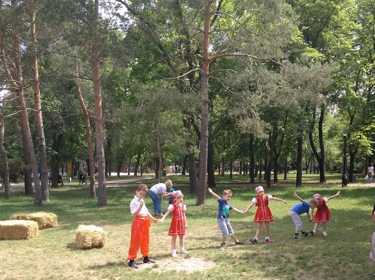 Название: Детки танцуют в паркке Победы.jpg Просмотры: 787  Размер: 220.5 Кб