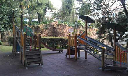 Нажмите на изображение для увеличения Название: Детская площадка в Риме.jpg Просмотры: 419 Размер:89.8 Кб ID:15488
