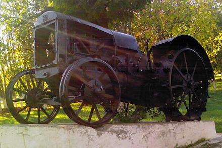Нажмите на изображение для увеличения Название: Первый трактор - памятник в селе Глиное.jpg Просмотры: 874 Размер:83.9 Кб ID:10339