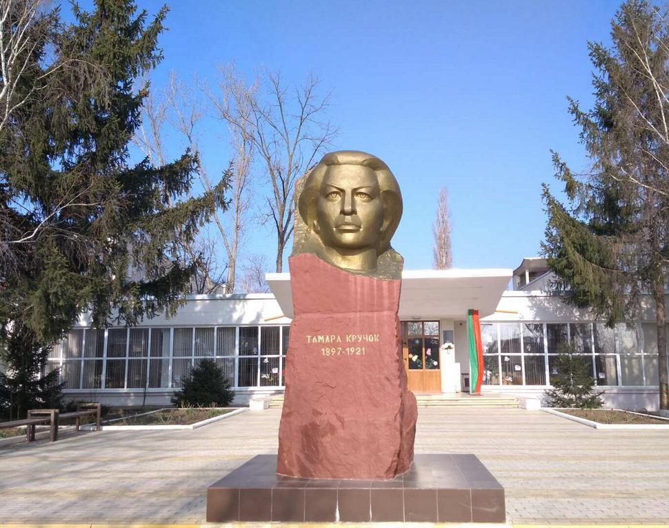 Название: Памятник Тамаре Кручок.jpg Просмотры: 35  Размер: 254.0 Кб