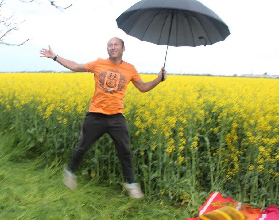 Название: Боря прыгает с зонтом.jpg Просмотры: 102  Размер: 160.8 Кб