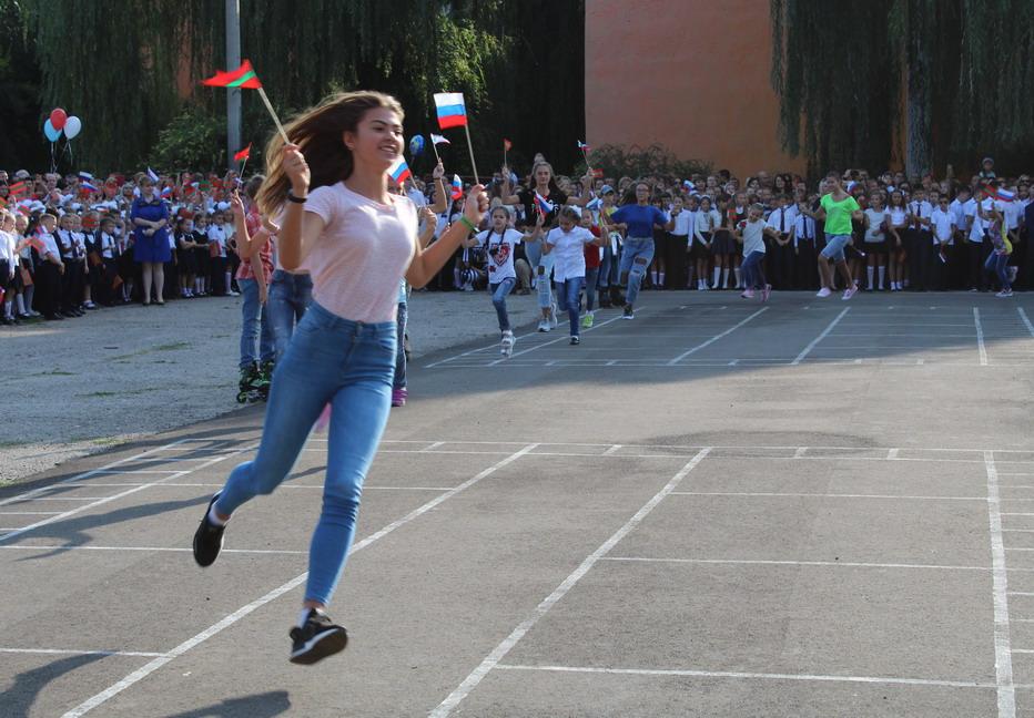 Название: Девочка с флагами РФ.JPG Просмотры: 156  Размер: 204.9 Кб