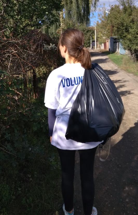 Название: Волонтер несет мусор.jpg Просмотры: 10  Размер: 174.6 Кб