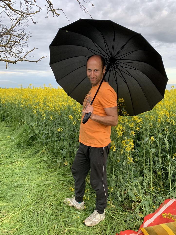 Название: Боря с зонтиком в поле.jpg Просмотры: 280  Размер: 295.6 Кб