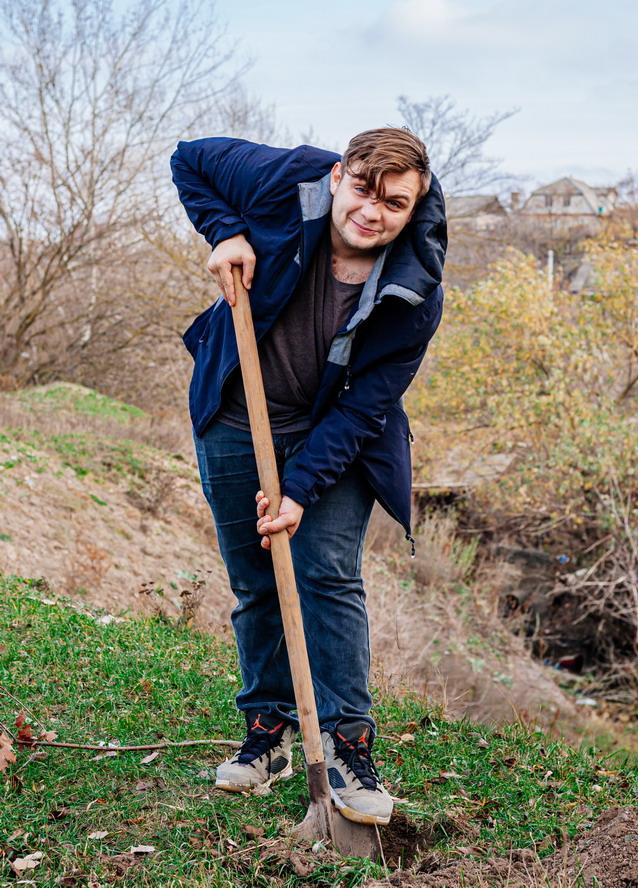 Название: Парень сажает дерево.jpg Просмотры: 6  Размер: 244.5 Кб