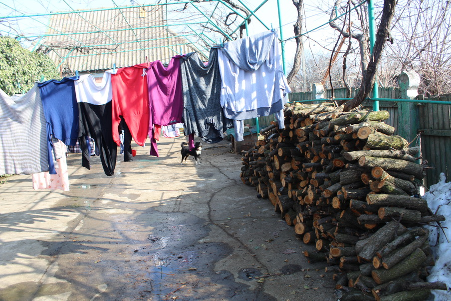 Название: Владимировка - многдетная семья 1. Двор - вещи и дрова.JPG Просмотры: 53  Размер: 333.2 Кб