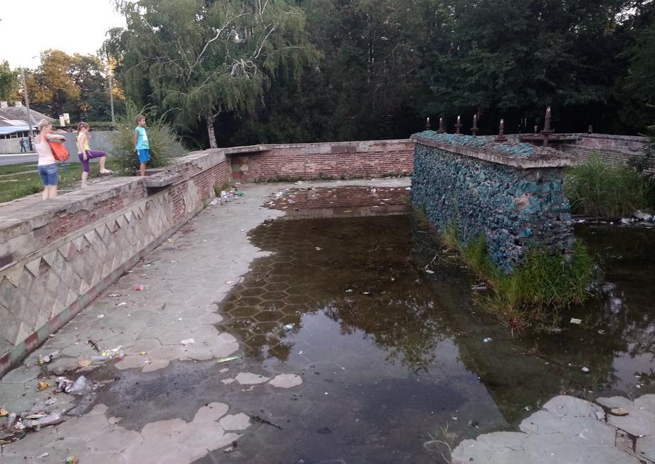 Название: Заброшеный фонтан в Тирасполе. Приднестровье.jpg Просмотры: 76  Размер: 214.2 Кб