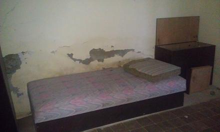 Нажмите на изображение для увеличения Название: Заброшенный отель в Болгарии - комната с диваном.jpg Просмотры: 159 Размер:43.8 Кб ID:19065