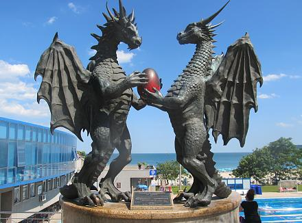 Нажмите на изображение для увеличения Название: Приморский парк Варны - статуя драконам.jpg Просмотры: 171 Размер:108.1 Кб ID:19082