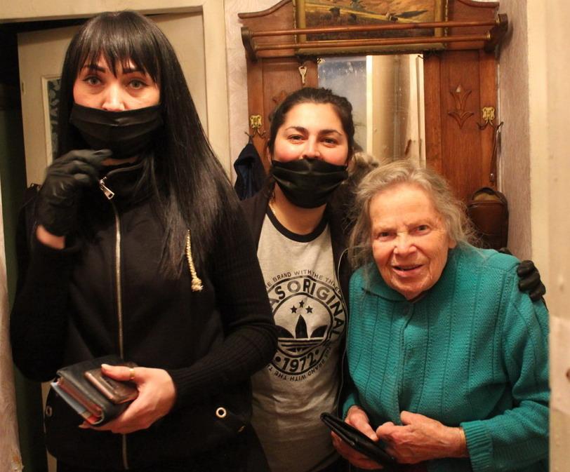 Название: Бабушка на Шелковом и волонтеры.JPG Просмотры: 27  Размер: 164.7 Кб