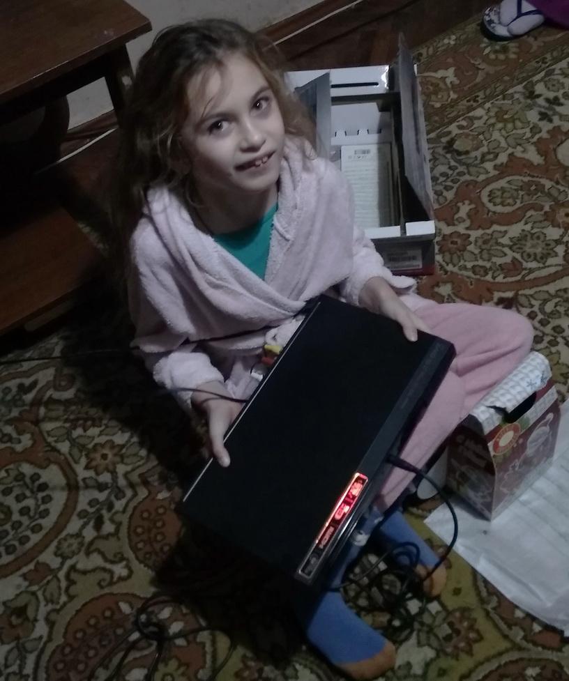 Название: 2 Тирасполь, Елена, девочке инвалиду караоке с микрофоном.jpg Просмотры: 24  Размер: 213.1 Кб