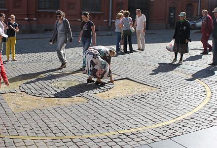 Нажмите на изображение для увеличения Название: Нулевой километр в Москве - бабушка собирает мелочь.jpg Просмотры: 314 Размер:105.5 Кб ID:14238