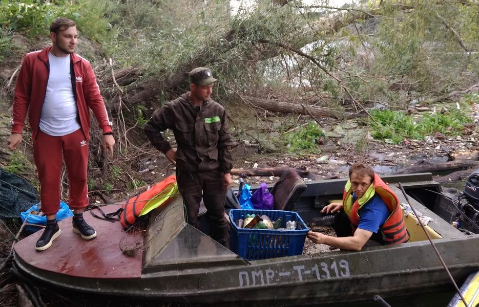 Название: Волонтеры вылавливают пластик с Днестра.jpg Просмотры: 686  Размер: 243.7 Кб