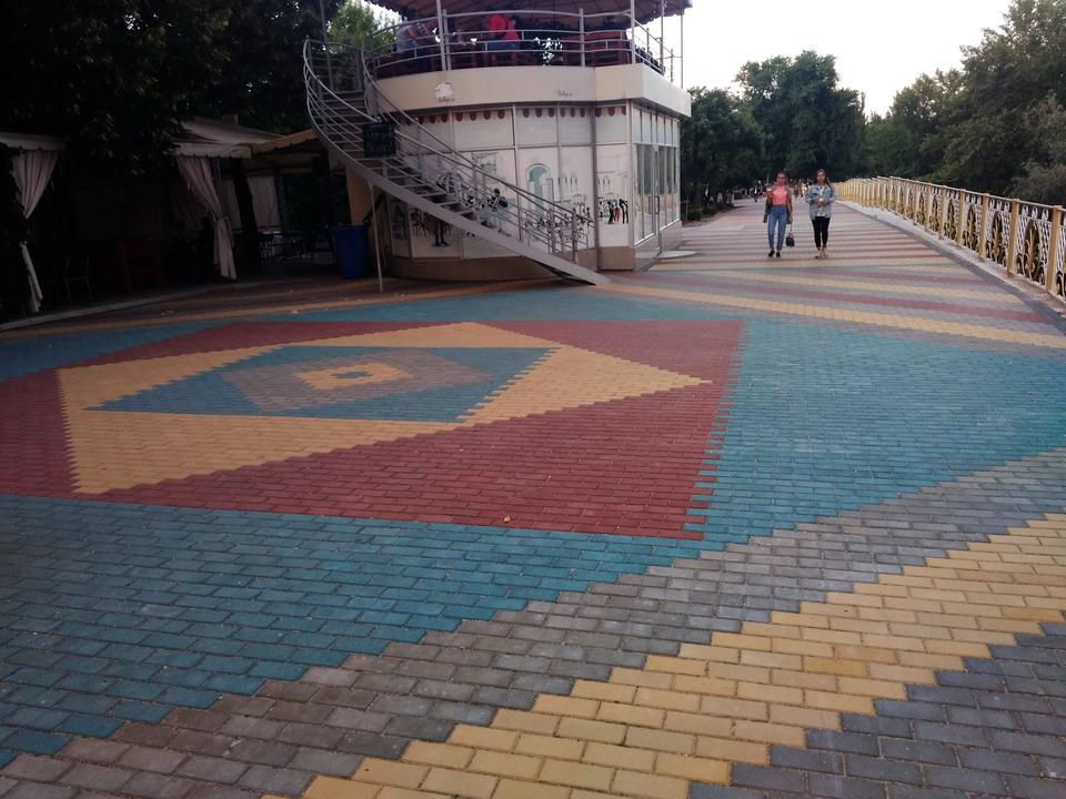Название: Плитка в Екатенрининском парке в Тирасполе.jpg Просмотры: 1104  Размер: 208.2 Кб