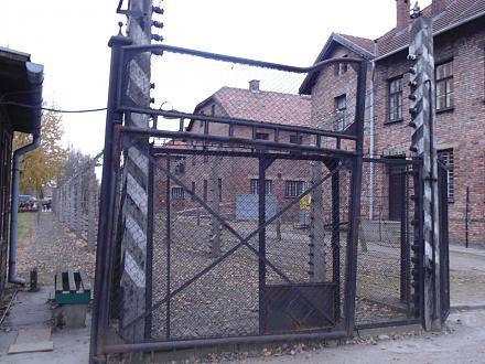 Нажмите на изображение для увеличения Название: Вход в Освенцим.jpg Просмотры: 269 Размер:116.1 Кб ID:19730